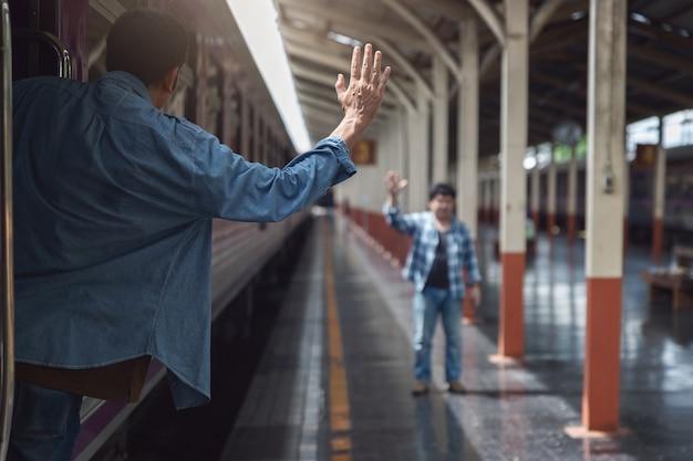 기차에 아시아 여행자 남자