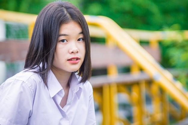 コピースペースでアジアの大学生の女の子の十代の無邪気な素朴な外観
