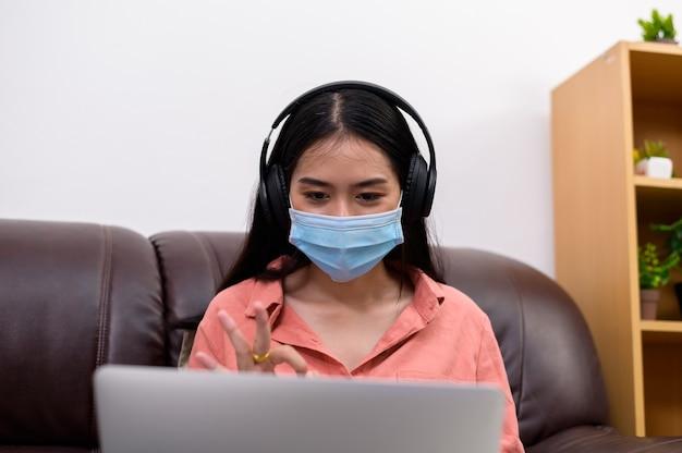 Азиатская студентка университета в защитной медицинской маске