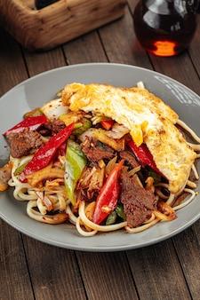 Азиатское уйгурское блюдо лапша гуйру лагман