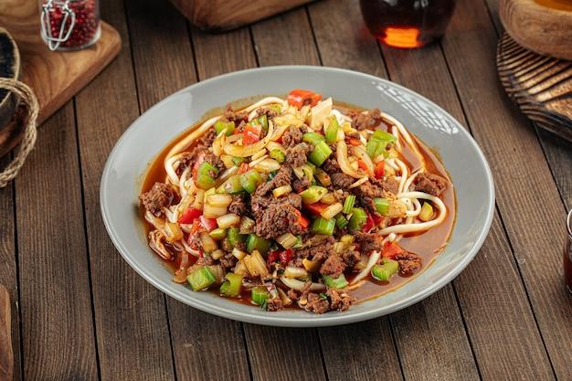 Азиатское уйгурское блюдо лапша суиру лагман