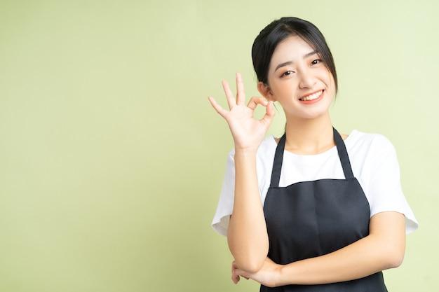 확인 손 포즈 아시아 웨이트리스