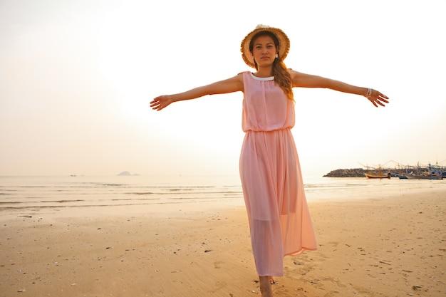 아침 햇살에 해변에 아시아 waman