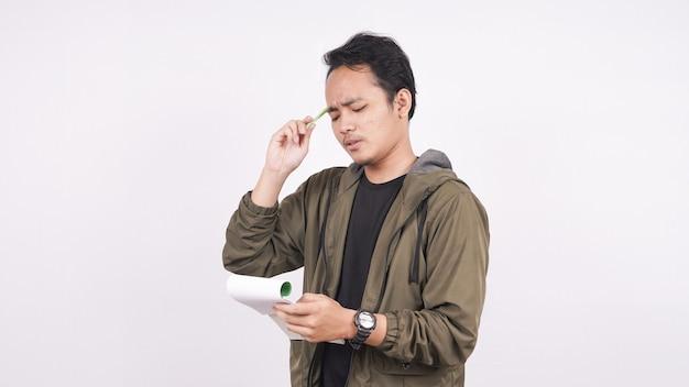 Азиатка с ноутбуком во время изолированного мышления на белом фоне