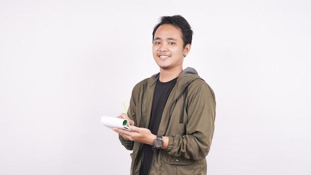 Азиатский с ручкой и блокнотом, изолированные на белом пространстве