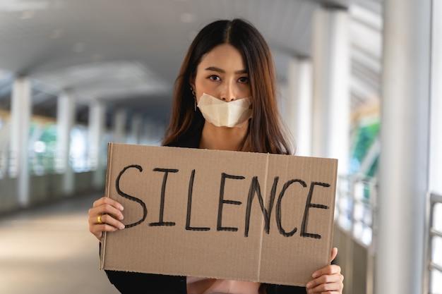 민주주의와 평등에 항의하는 배너를 가진 아시아 여성 운동가