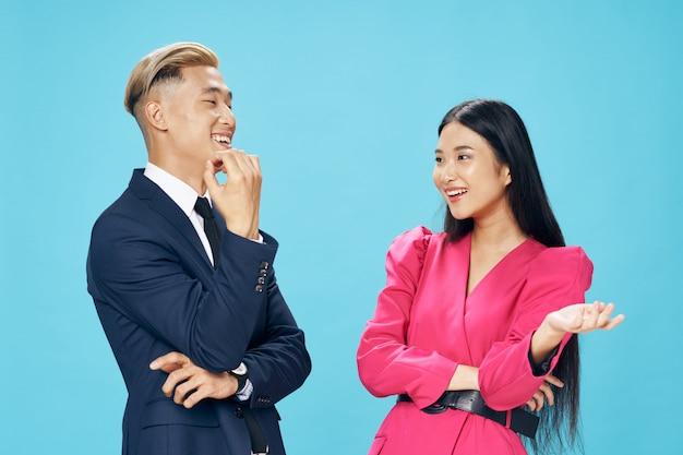 アジアの女性と明るい色空間のモデルが一緒にポーズの男