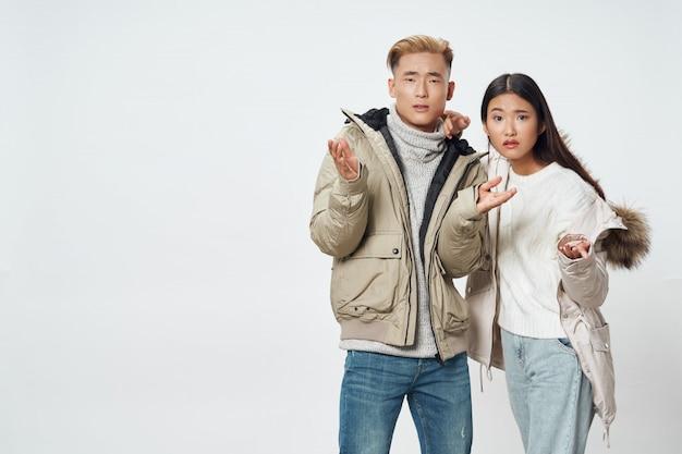 아시아 여자와 남자 모델을 함께 포즈