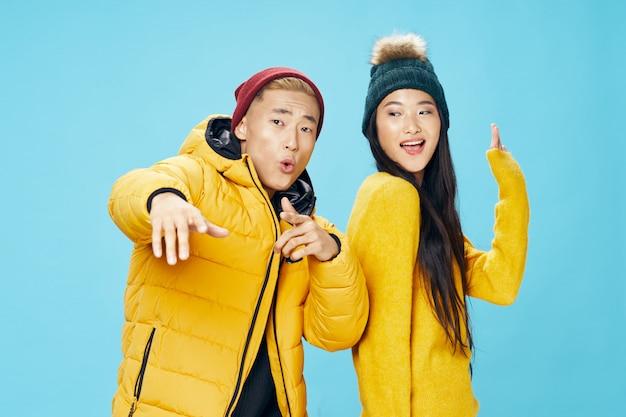 Азиатская женщина и мужчина позирует модель вместе