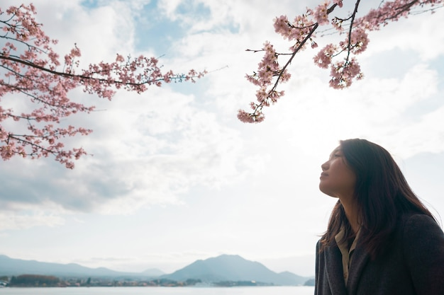 Donna asiatica che apprezza la natura che la circonda