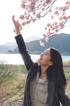 彼女を取り巻く自然に感謝するアジアの女性