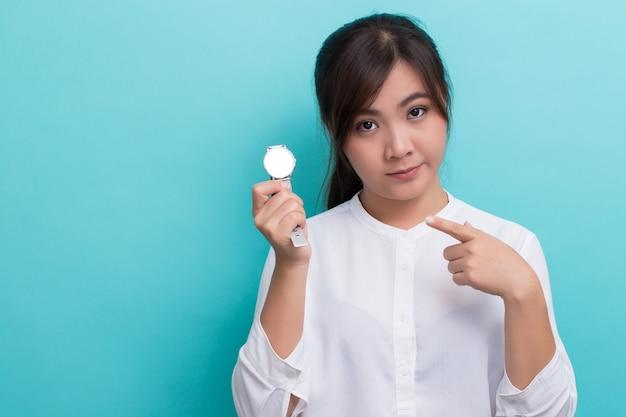 「今何時ですか」と尋ねるアジアの女性