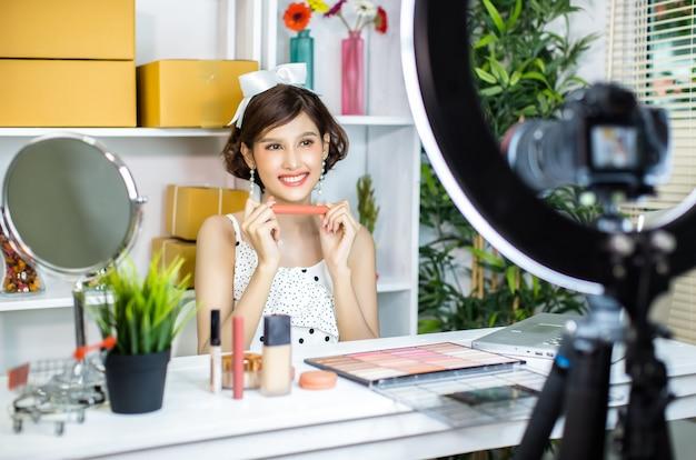 아시아 여자 뷰티 블로거 또는 블로거 녹음 메이크업