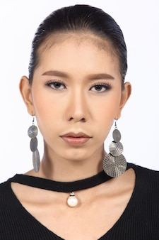 메이크업 전후의 아시아 여성. 수정 없음, 여드름이 있는 신선한 얼굴, 피부 두더지, 사마귀, 좋은 베이스 및 파운데이션 화장품