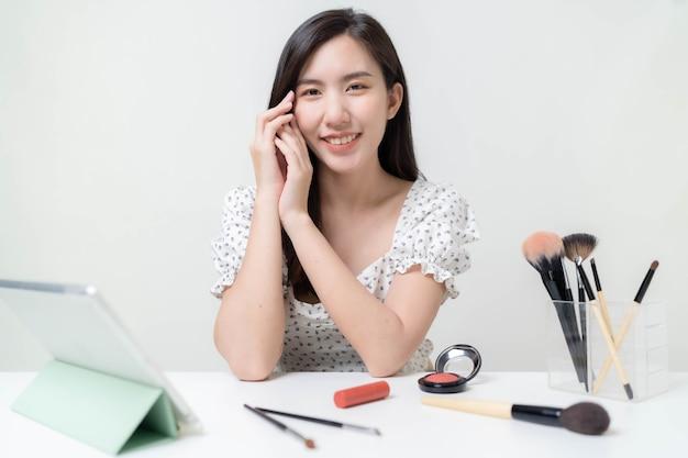 Азиатские блоггеры изучают косметику. и учим макияж через планшет