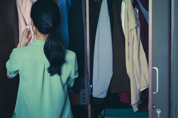 着る服を選ぶアジアの女性
