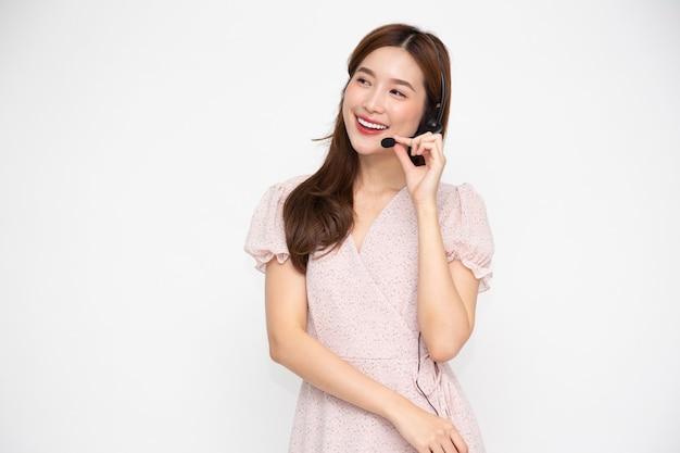 흰색 배경 위에 절연 헤드셋을 착용하는 아시아 여성 고객 서비스 담당자