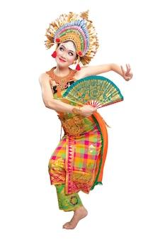 Азиатская женщина танцует балийский традиционный танец изолированные