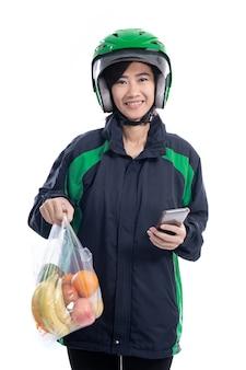 Азиатская женщина доставки еды. женский курьер с едой на полиэтиленовом пакете, доставляющий еду