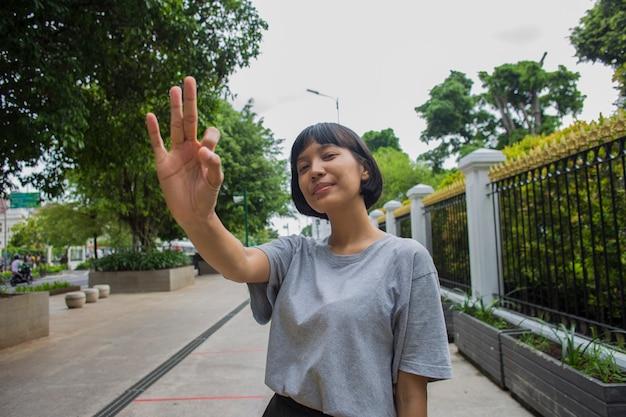 Азиатская женщина делает жест в общественных местах