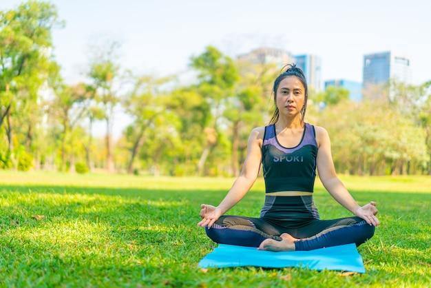 요가 운동을 하 고 아시아 여자 휴식