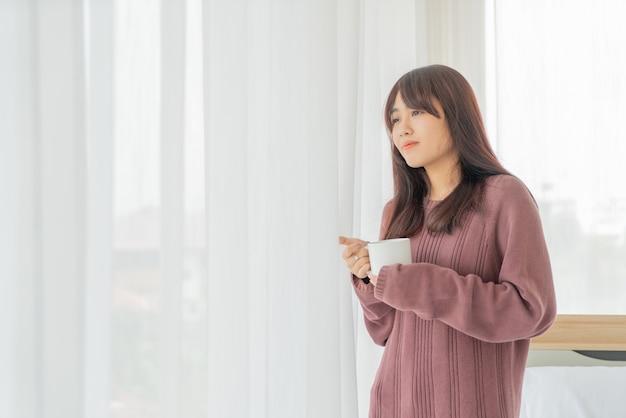 Азиатская женщина пьет кофе по утрам