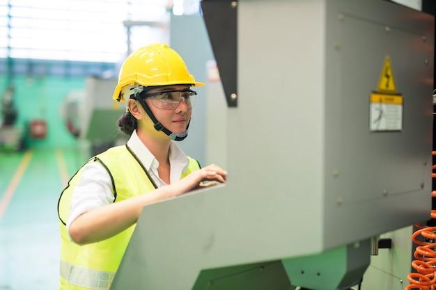 아시아 여성 엔지니어 명령 모니터 화면 및 콘솔 전기 마이크로 칩 제어