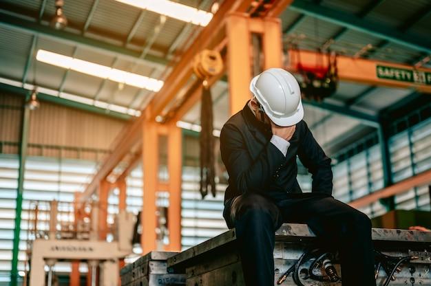 Азиатская женщина-инженер индустрии в каске и держит контрольный список, стоящий в машинной зоне