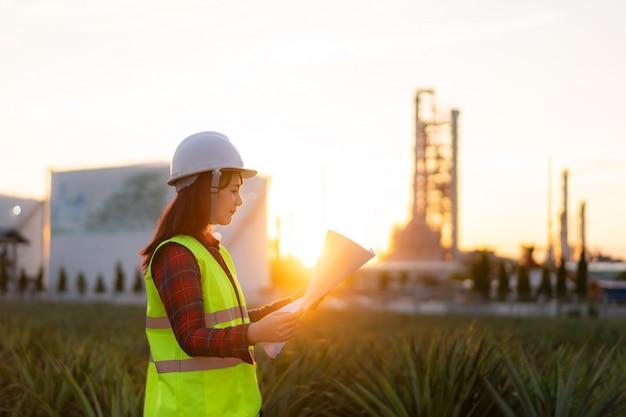 発電所エネルギー産業でのアジアの女性エンジニア作業管理