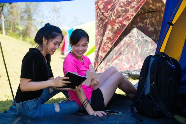 Азиатские женщины наслаждаются вместе в летнем лагере в таиланде