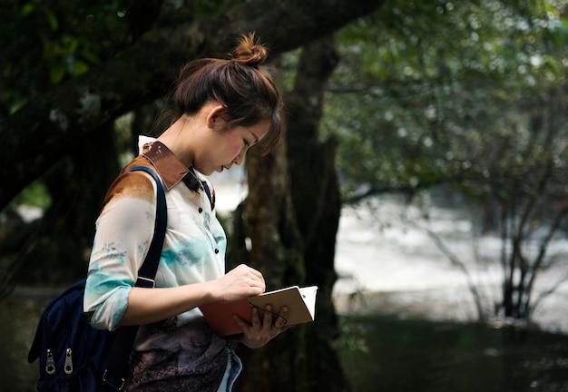 Азиатская женщина, наслаждаясь наружной поездки