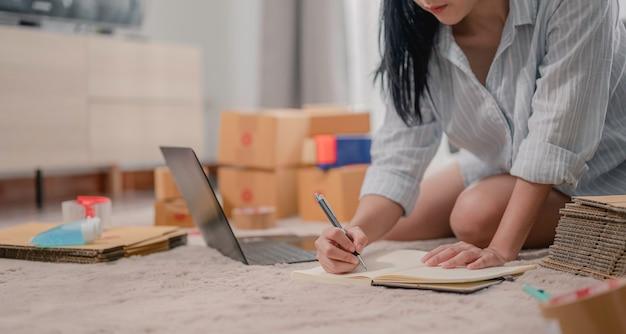아시아 여성 기업가는 lineecommerceplenty에서 비즈니스에서 고객에게 메일을 준비합니다.