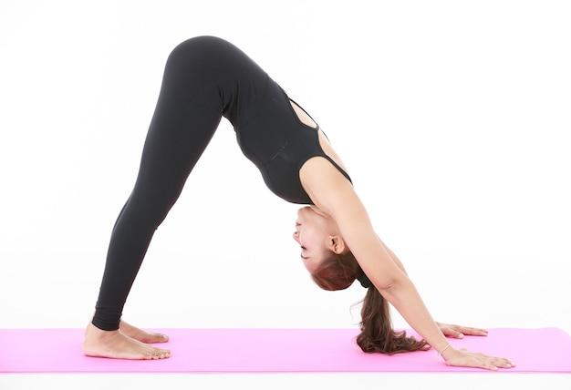 아시아 여성 운동과 요가 pracetice와 몸을 스트레칭. 건강과 균형 생활에 대한 개념입니다.