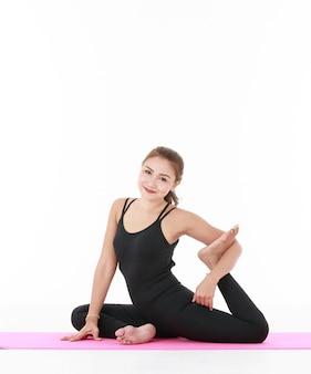 아시아 여성 운동과 요가 pracetice와 몸을 스트레칭. 건강과 균형 잡힌 삶에 대한 개념.