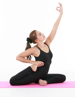 아시아 여성 운동과 요가 연습으로 몸을 스트레칭. 건강과 균형 생활에 대한 개념