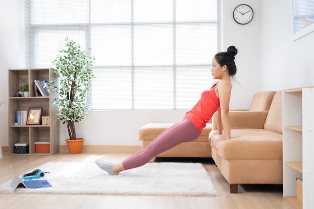 Азиатская женщина упражнения дома.