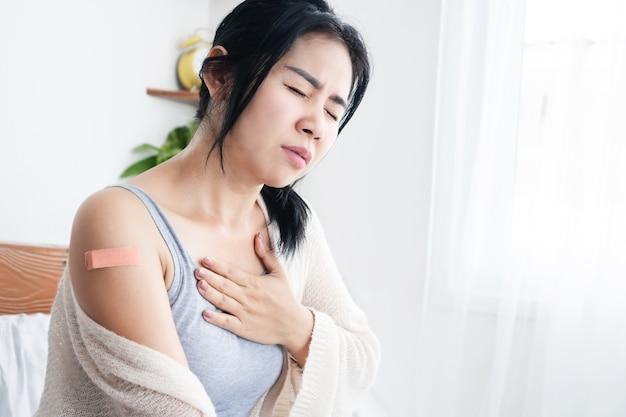 코비드19 백신 후 피로감을 느끼는 아시아 여성