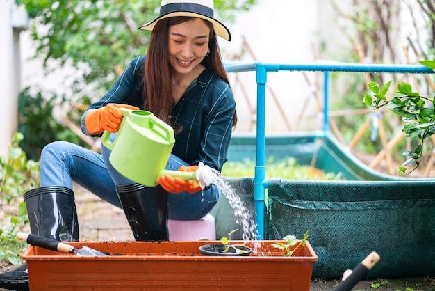 집에서 그녀의 집 채소 밭을 원 예 아시아 여자