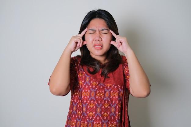 아시아 여자는 고통스러운 두통 제스처를 얻었다