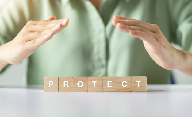 アジアの女性の手カバーは言葉を保護します