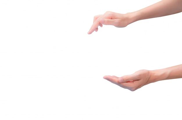 アジアの女性は2本の指でジェスチャープレスを手し、白い壁に分離されて受信します。ポンプ付きの手押しプレス化粧品ボトルと別の手のジェスチャーは、クリーム、ジェル、またはローションを受けました。