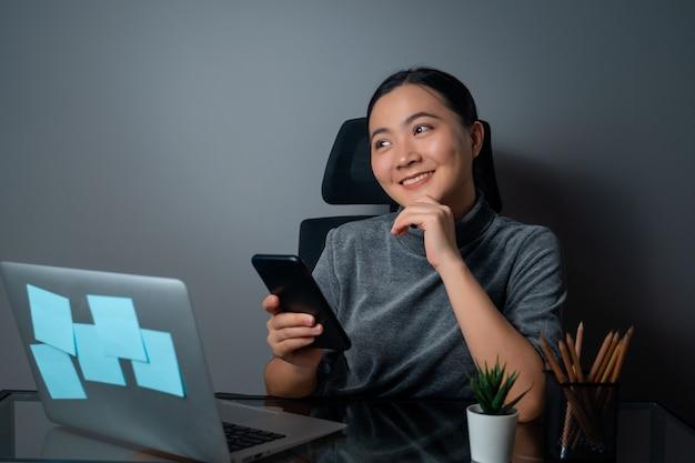 사무실에서 노트북에서 작업, 복사 공간을보고 웃 고 행복 아시아 여자