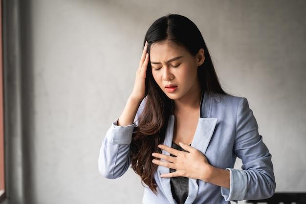 アジアの女性は風邪と症状、咳、発熱、頭痛、痛みがあります