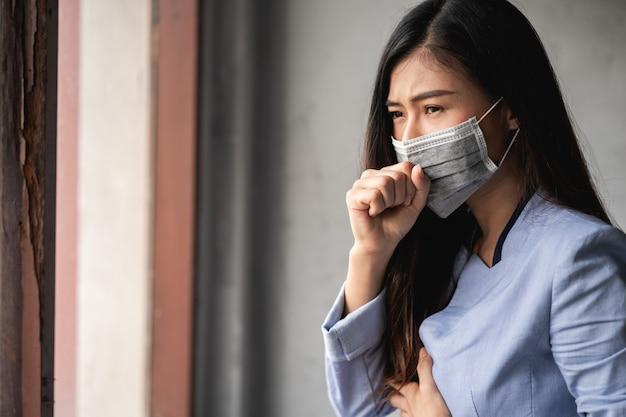 Азиатская женщина с головной болью и болями