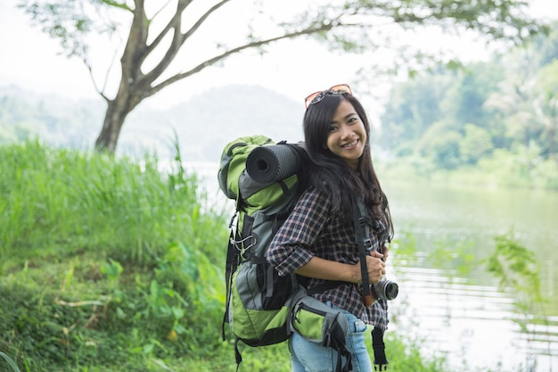 Азиатская женщина турист с рюкзаком