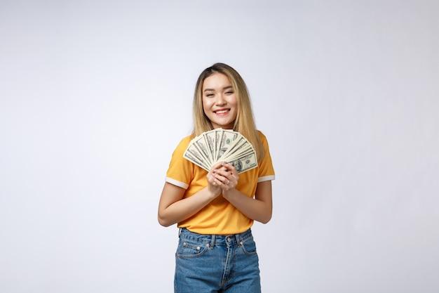 현금 노트를 들고 아시아 여자