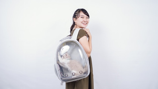 Азиатская женщина, держащая кошку, смеясь, изолированный белый фон