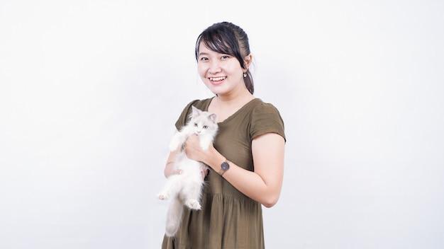 孤立した白い背景を笑って猫を保持しているアジアの女性