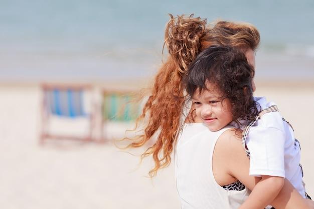Азиатская женщина, держащая ее сына