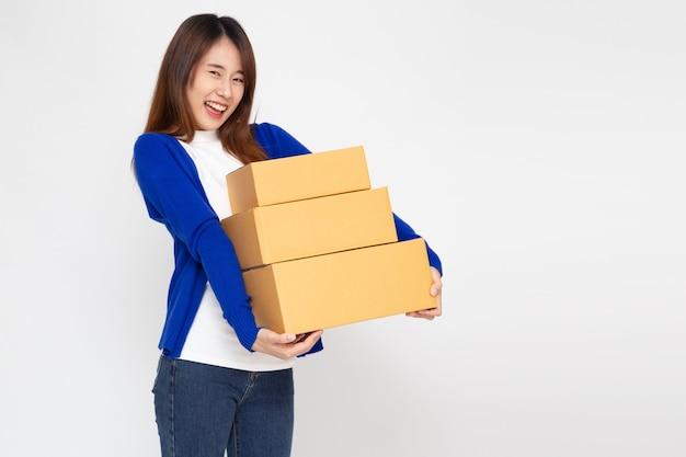 흰색 배경에 고립 된 패키지 소포 상자를 들고 아시아 여자